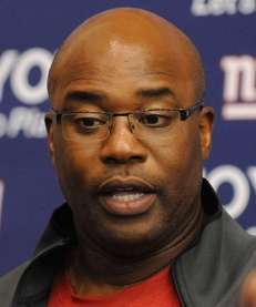 Giants defensive coordinator Perry Fewell speaks to the
