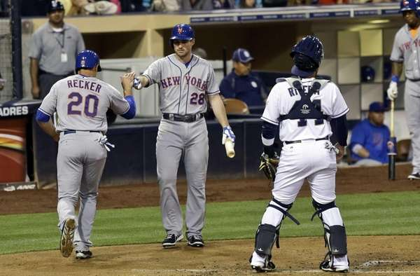 Mets' Anthony Recker is congratulated by Daniel Murphy