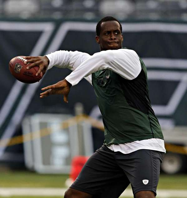 Jets quarterback Geno Smith throws some passes an
