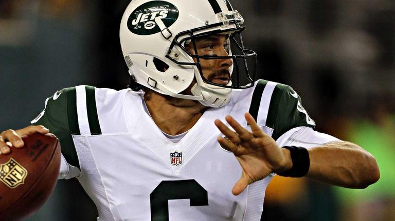 Jets quarterback Mark Sanchez sets to throw in