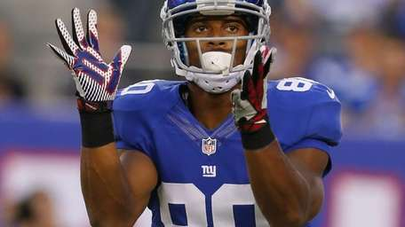 Victor Cruz #80 of the Giants celebrates during