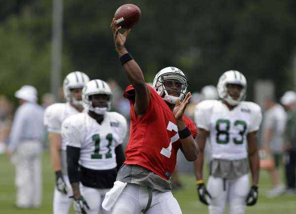 Geno Smith throws a pass during practice in