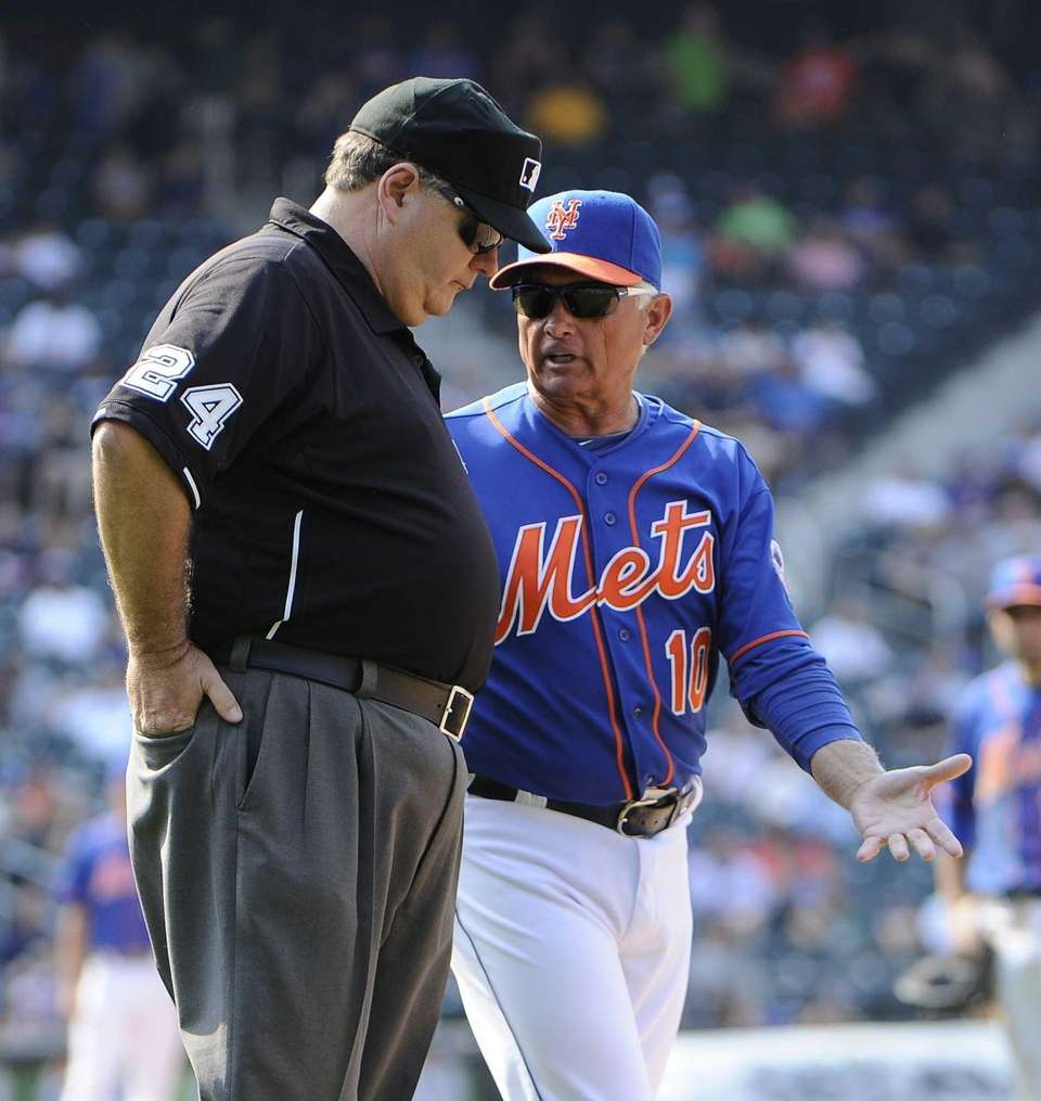 Mets manager Terry Collins argues a call with