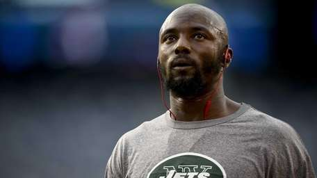 Santonio Holmes #10 of the Jets warms up