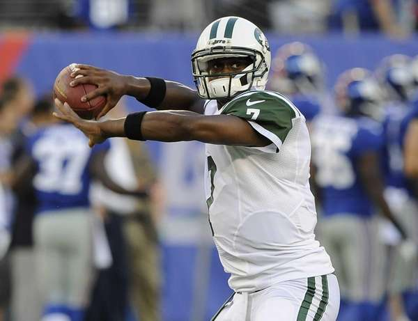 Jets quarterback Geno Smith throws on the field