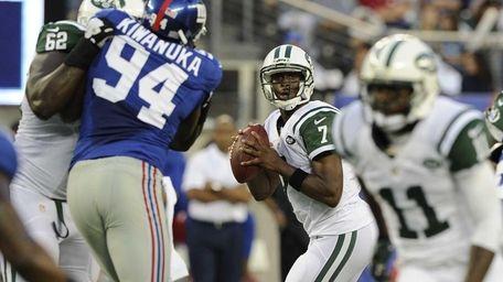 Jets quarterback Geno Smith #7 looks to pass