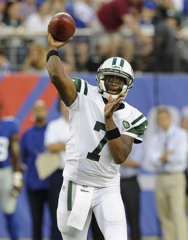 Jets quarterback Geno Smith #7 looks to pass