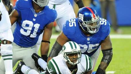 Giants defensive end Justin Tuck, left, and defensive