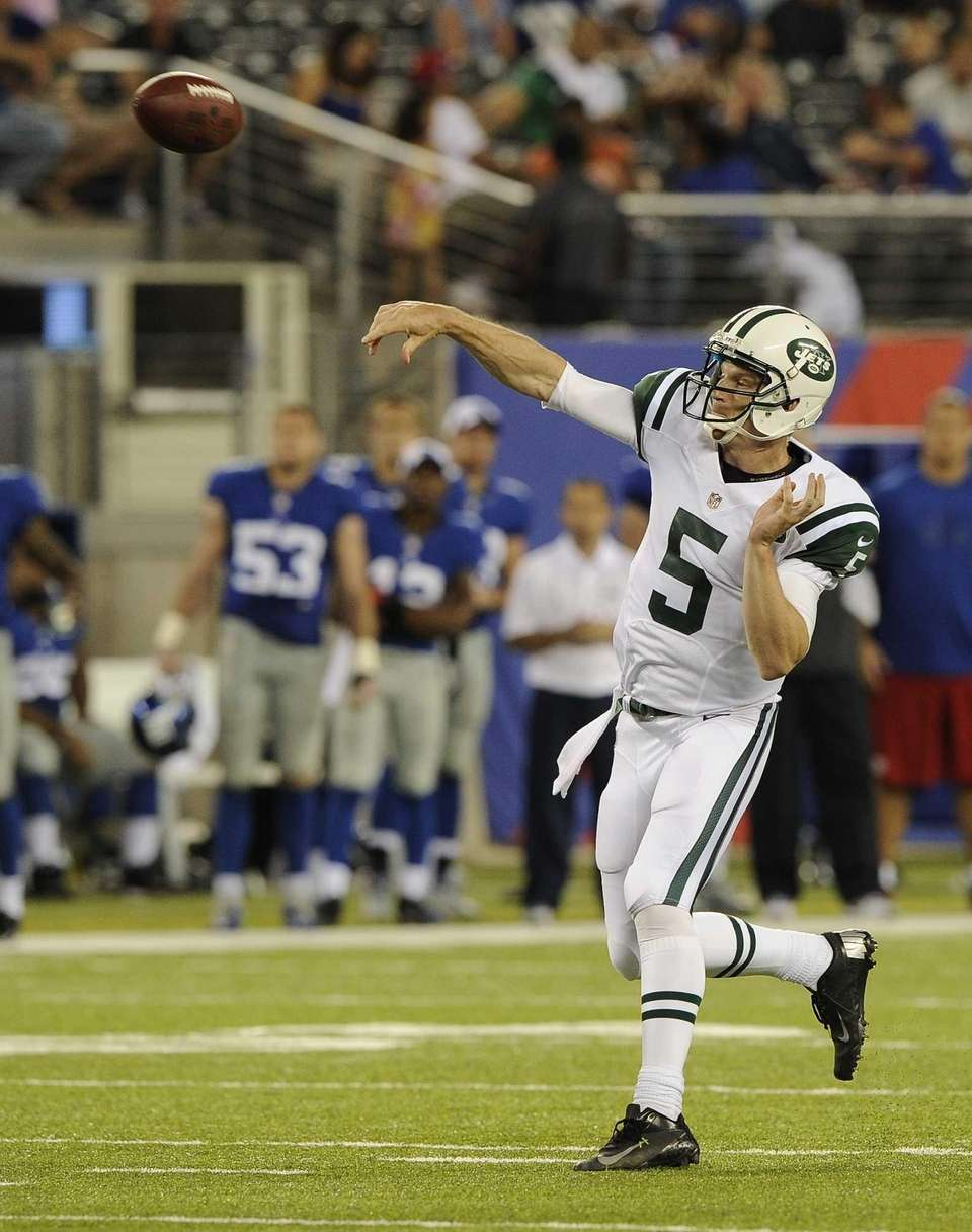 Quarterback Matt Simms of the Jets throws a