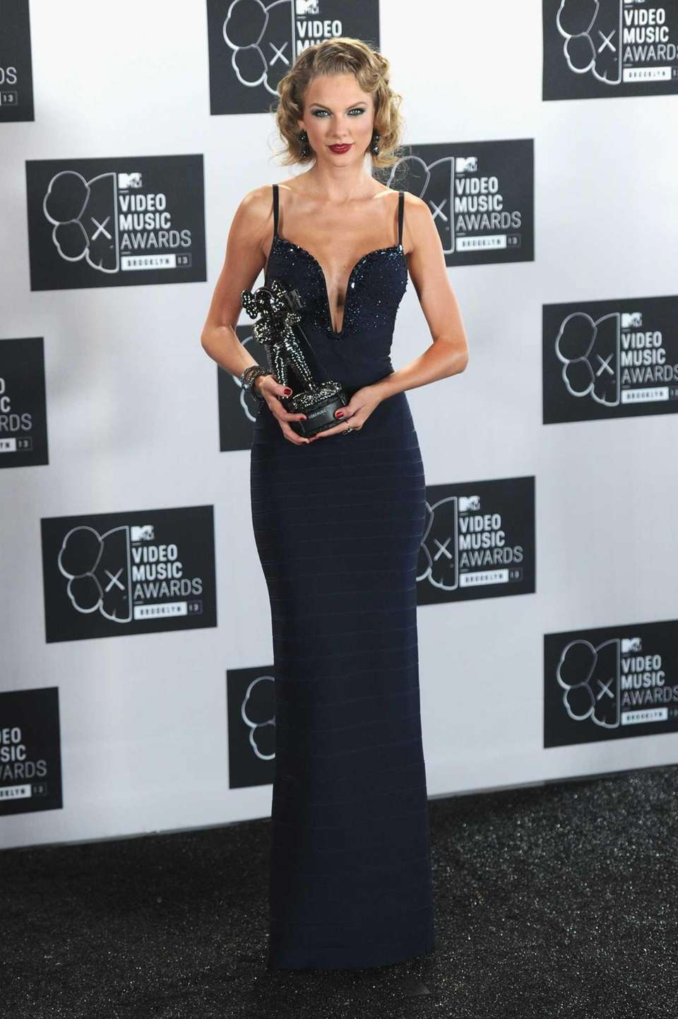 Taylor Swift with her Moonman for best female