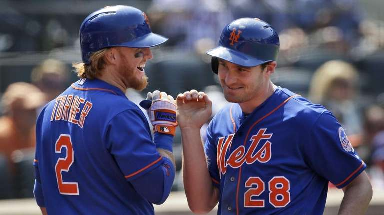 Mets' Daniel Murphy, right, celebrates with Justin Turner