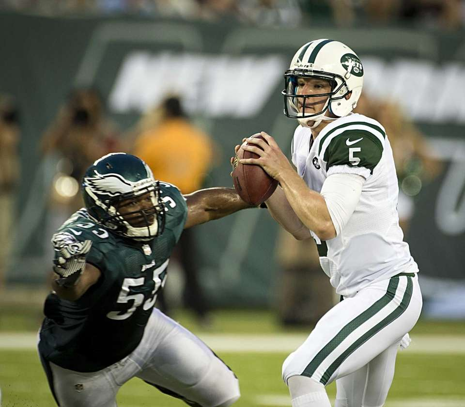 Jets' starting QB Matt Simms gets pressure from