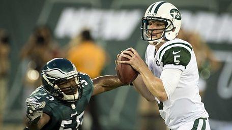 Jets' starting QB Matt Simms gets pressure from