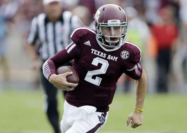 Texas A&M's Johnny Manziel (2) scrambles for yards