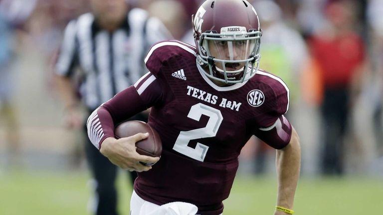 Texas A&M's Johnny Manziel (2) scrambles for yards
