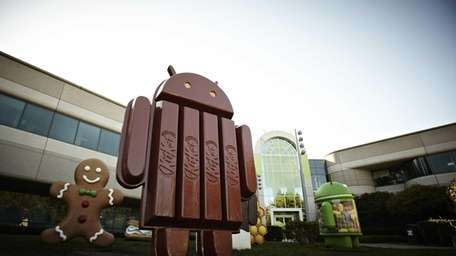The new Kit Kat bar Android statue outside