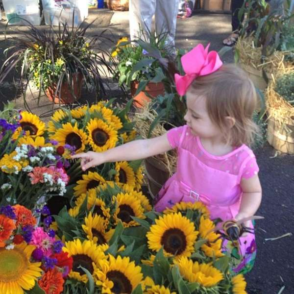 She found her #sunflowers at the Farmers Market