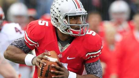 Ohio State quarterback Braxton Miller drops back to