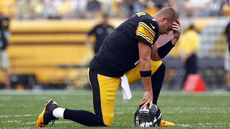 Pittsburgh Steelers quarterback Ben Roethlisberger reacts while teammate