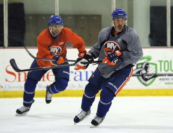 Islanders right wing Cal Clutterbuck, right, and right