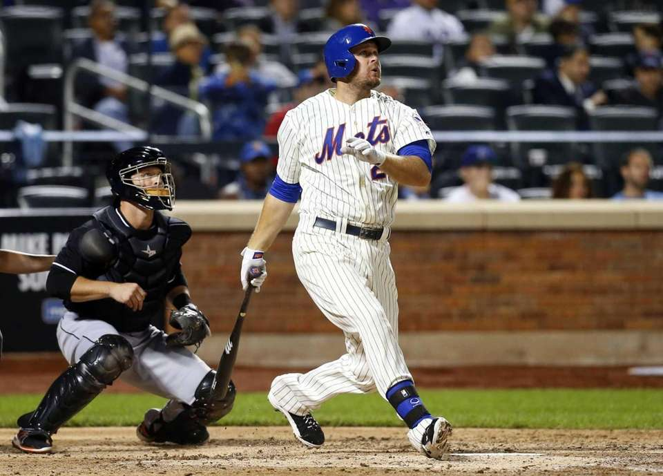 Lucas Duda of the Mets follows through on