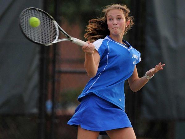 Port Washington's Elizabeth Kallenberg returns a volley during