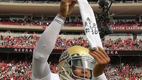 UCLA quarterback Brett Hundley pays homage to teammate