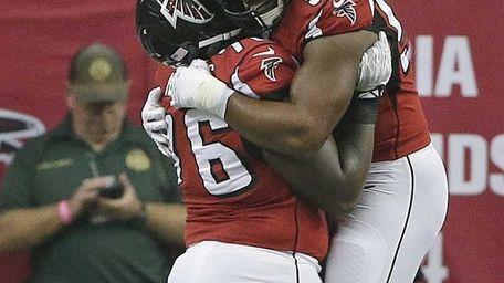 Atlanta Falcons defensive end Osi Umenyiora (50) and