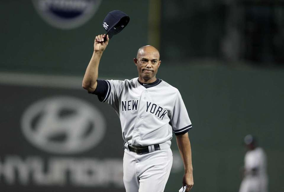 Yankees relief pitcher Mariano Rivera tips his hat