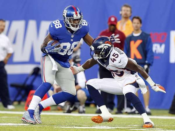 Hakeem Nicks of the Giants runs a reception