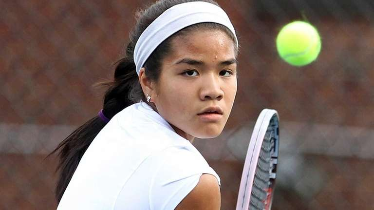 Roslyn's Katherine Changtroraleke in match against Syosset's Lexee