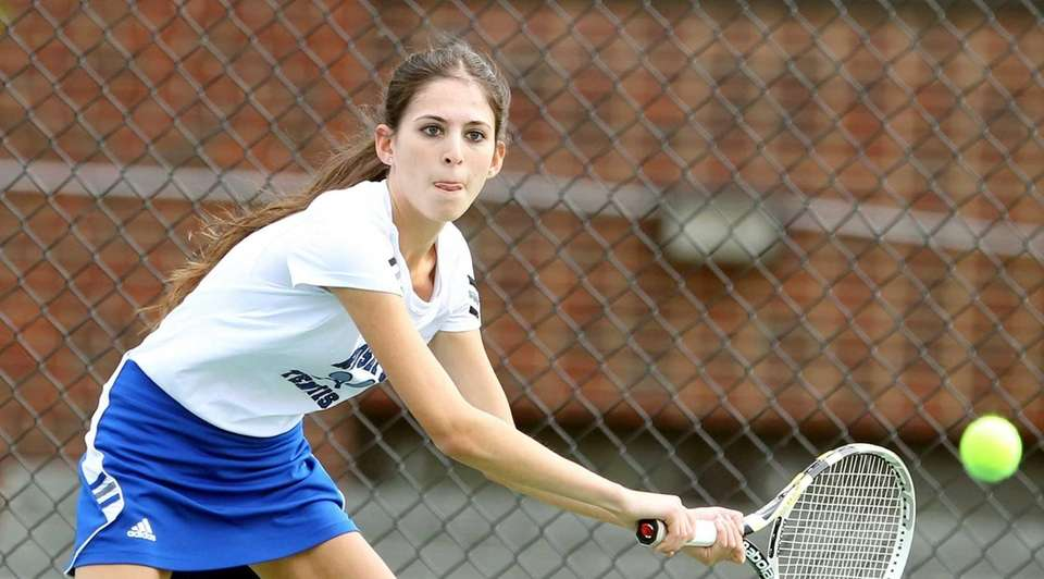 Roslyn's Alexa Buchbinder in match against Syosset's Rhea
