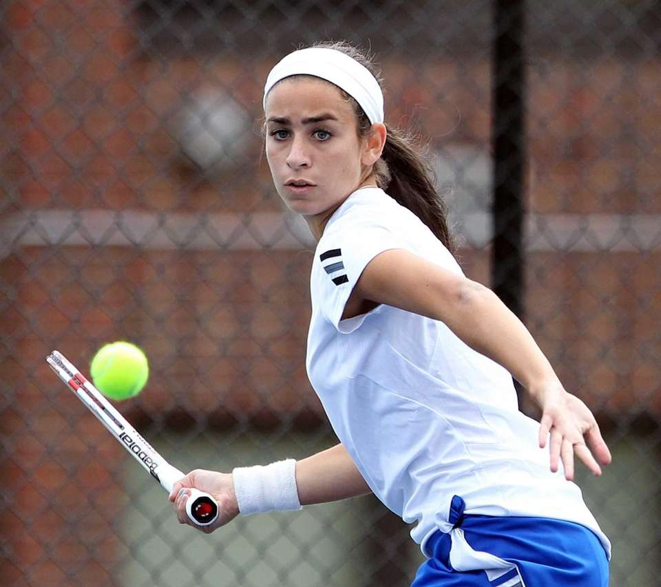 Roslyn's Marissa Luchs in match against Syosset's Katie