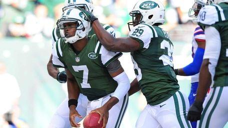 Jets running back Bilal Powell (no. 29) congratulates