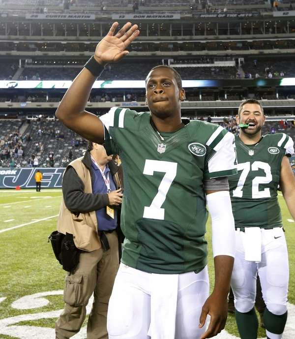 Jets quarterback Geno Smith (no. 7) waves to