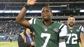 Jets quarterback Geno Smith (no. 7) waves to