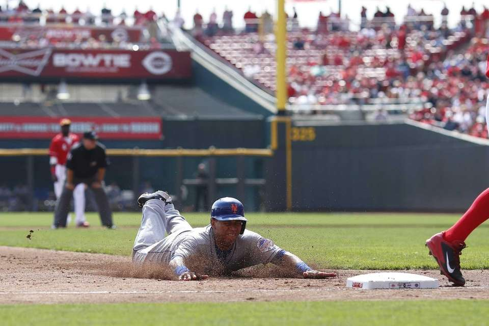 Wilfredo Tovar of the Mets advances to third
