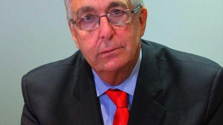 Former Nassau County Comptroller Howard Weitzman speaks in