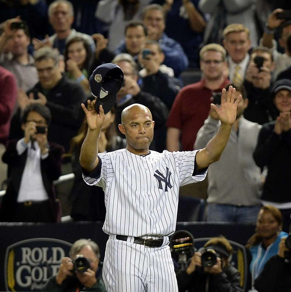 Mariano Rivera waves to fans for the last