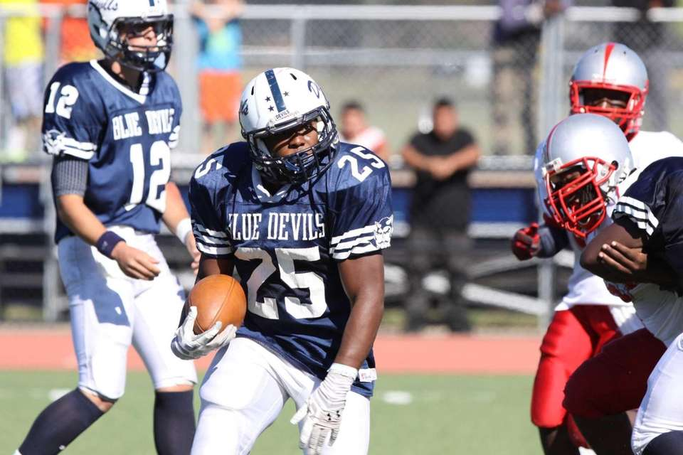Huntington's Levar Butts runs the ball during a