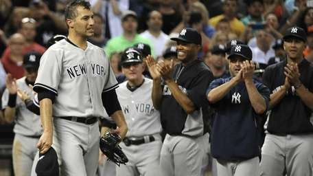 Yankees teammates applaud for starting pitcher Andy Pettitte,