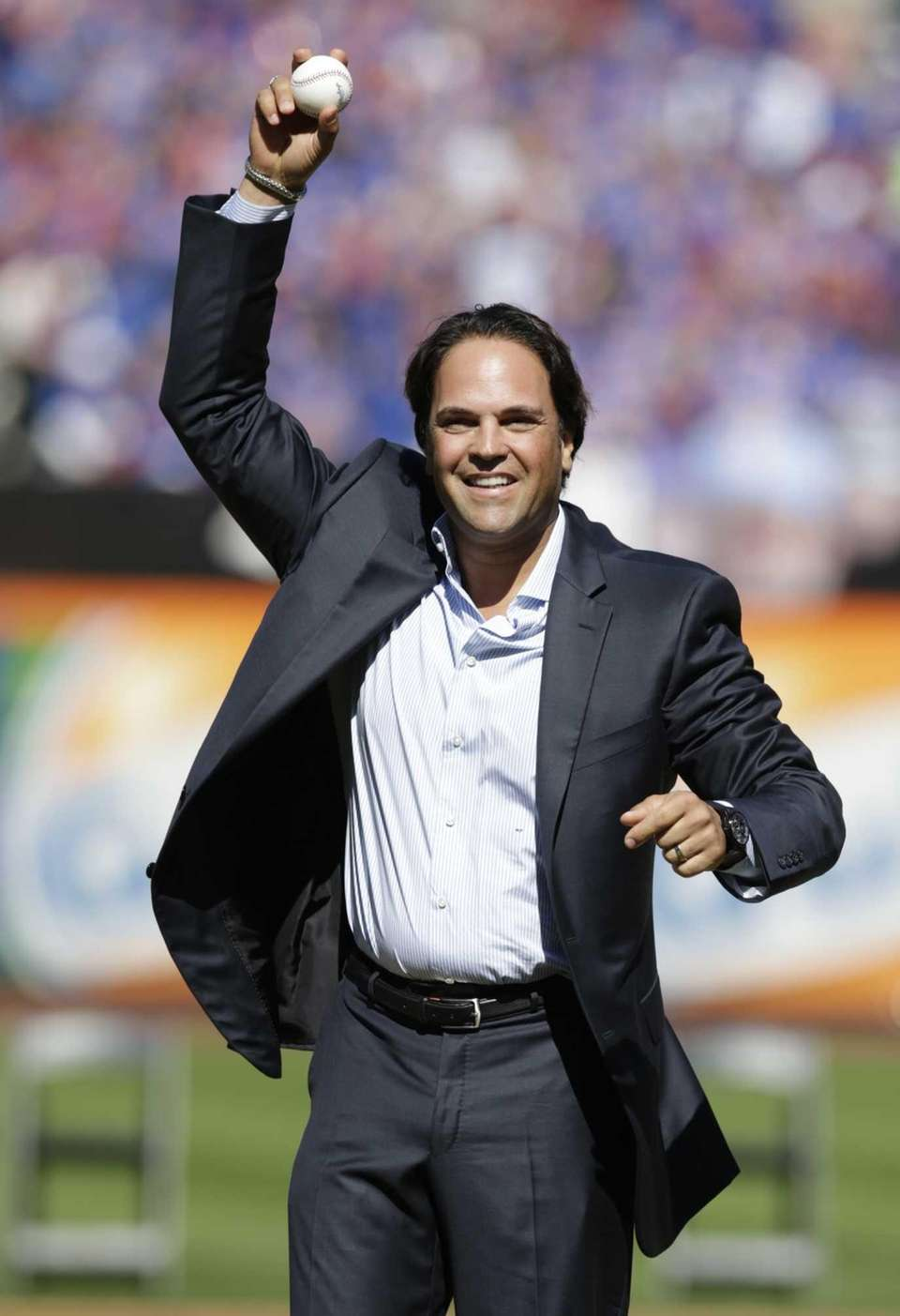 Former Mets catcher Mike Piazza stretches his arm