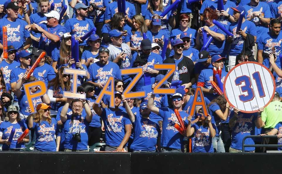 Fans show support for Mike Piazza during his