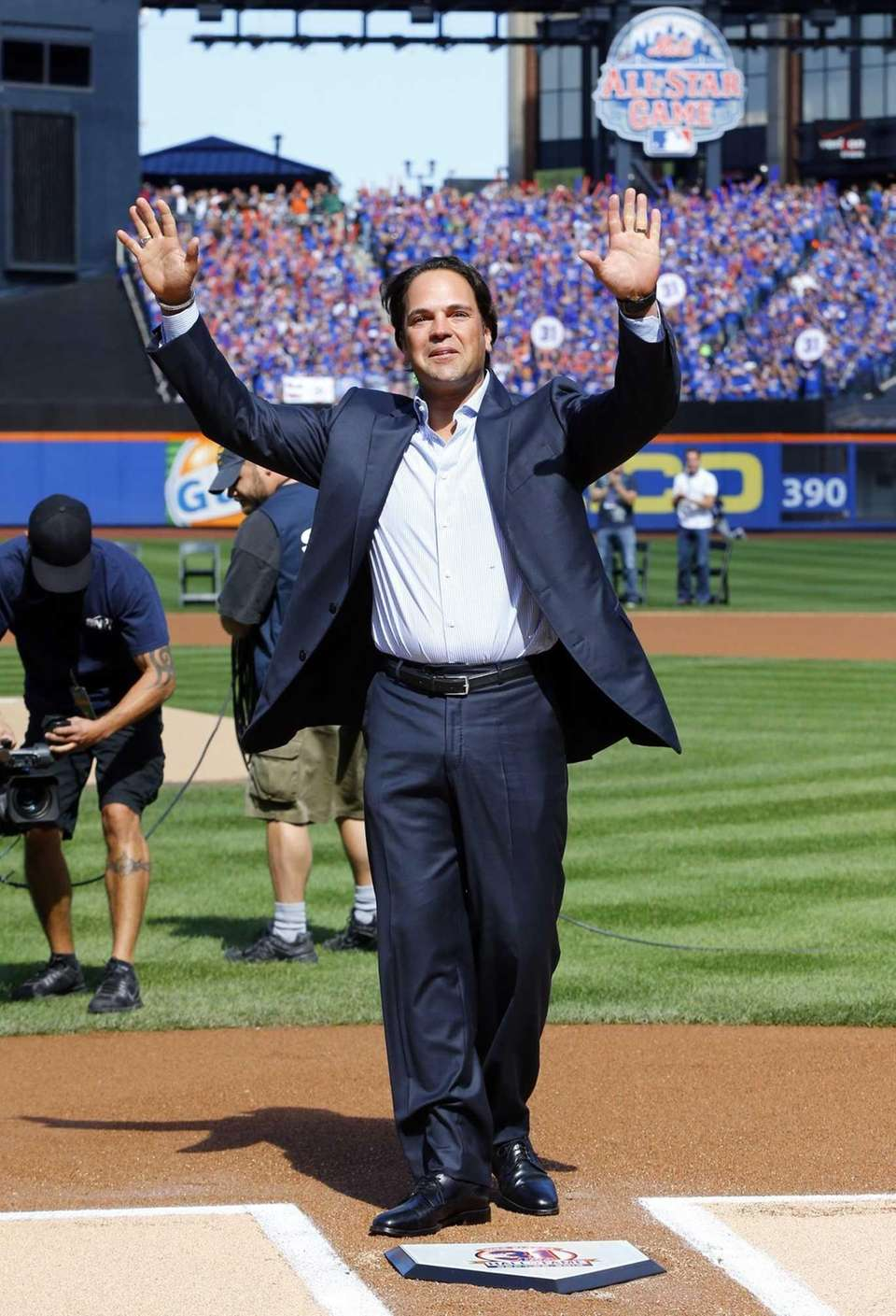 Mike Piazza waves to the crowd as he