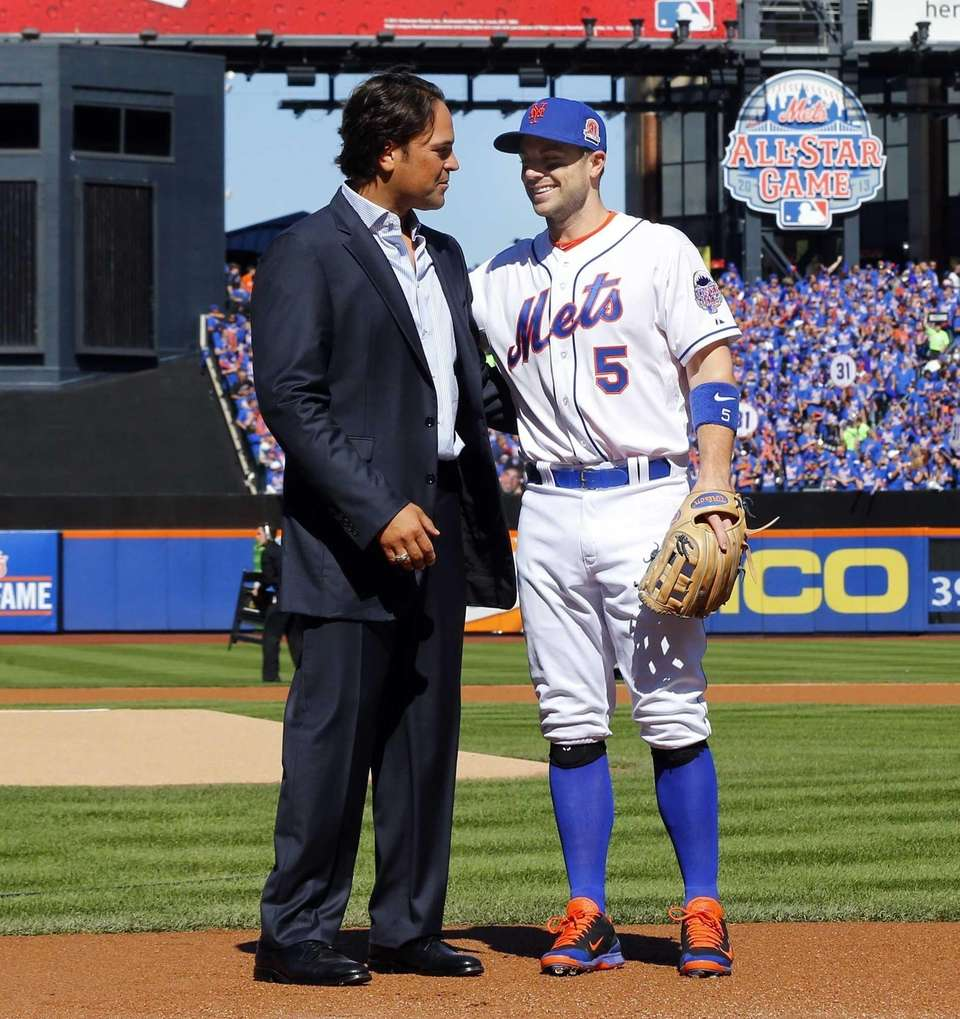 Mike Piazza and David Wright talk after Piazza