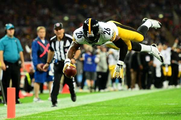 Pittsburgh Steelers running back Le'Veon Bell dives into