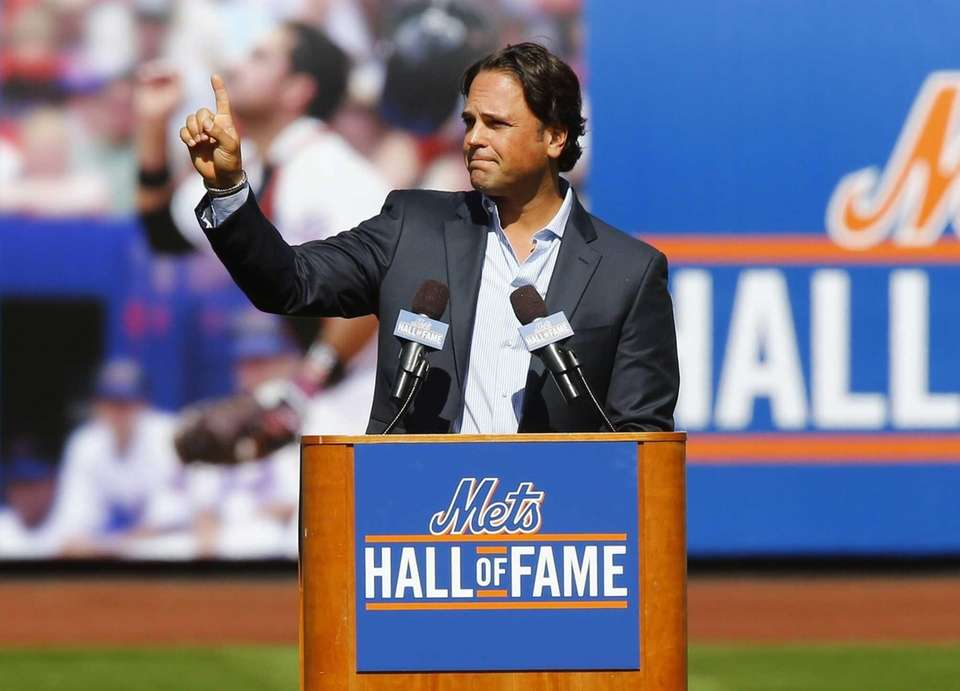 Mike Piazza speaks to the crowd as he