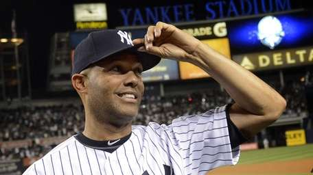 Yankees pitcher Mariano Rivera tips his cap to