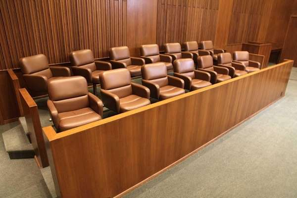 differences in triel and grand jury We have two kinds of criminal juries: the trial jury, the one with which most citizens are familiar and the grand jury, the one with which most citizens are not familiar.