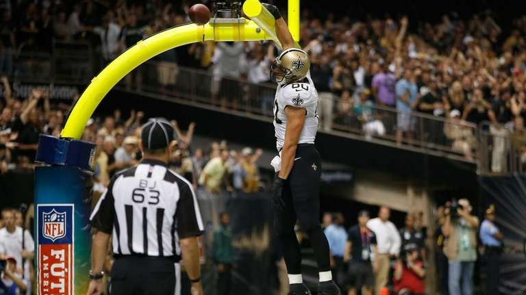 New Orleans Saints tight end Jimmy Graham dunks